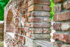 老被放弃的葡萄酒粗砺的石城堡墙壁废墟 免版税图库摄影