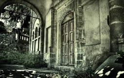 老被放弃的蠕动的外部房子 库存照片