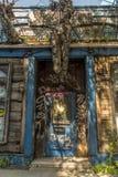 老被放弃的被困扰的房子餐馆门 免版税库存图片