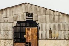 老被放弃的被毁坏的农业飞机棚 库存照片