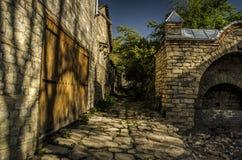 老被放弃的被破坏的石街道在历史的Lahic村庄,阿塞拜疆大高加索 免版税库存图片