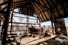 老被放弃的谷仓 免版税库存照片