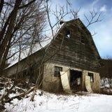 老被放弃的谷仓 库存图片