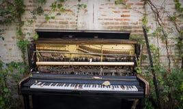 老被放弃的钢琴 库存照片