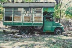 老被放弃的露营车卡车 库存照片
