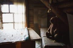 老被放弃的项目在老房子的木顶楼 库存照片