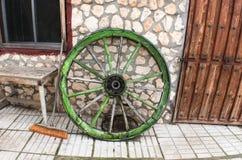 老被放弃的马支架轮子 免版税库存照片