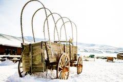 老被放弃的马支架 免版税库存照片