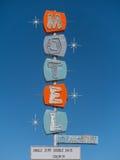 老被放弃的高速公路汽车旅馆标志 免版税库存照片