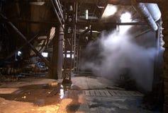 老被放弃的黑暗的工厂 免版税库存照片
