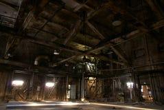 老被放弃的黑暗的工厂 免版税图库摄影