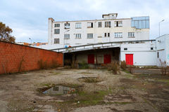 老被放弃的仓库大厦在雨天 库存照片