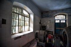老被放弃的水电厂机器大厅内部在阿布哈兹 免版税库存图片