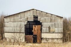 老被毁坏的农业飞机棚 免版税库存照片