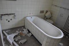 老被毁坏的卫生间 图库摄影