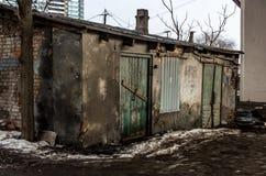 老被毁坏的房子在桥梁下 肮脏倒空被放弃的房子 库存图片