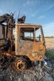 老被烧的被破坏的汽车 免版税库存图片