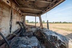 老被烧的被破坏的汽车 库存照片