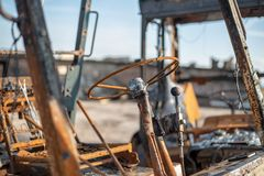 老被烧的被破坏的汽车 免版税库存照片