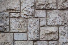 老被砍成的石墙,美好的背景纹理 免版税库存图片
