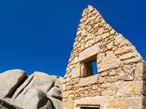 老被破坏的不列塔尼的石房子在Ploumanach 库存图片