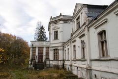 老被破坏的庄园住宅 有一个被破坏的豪宅的老公园 被破坏的m 库存照片