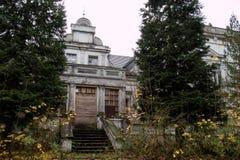 老被破坏的庄园住宅 有一个被破坏的豪宅的老公园 被破坏的m 库存图片