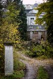 老被破坏的庄园住宅 有一个被破坏的豪宅的老公园 被破坏的m 免版税库存照片