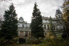 老被破坏的庄园住宅 有一个被破坏的豪宅的老公园 被破坏的m 图库摄影