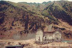 老被破坏的教会, Dartlo村庄遗骸  冒险假日在Tusheti 对乔治亚国家的旅行 登上风景 绿色ecol 库存照片