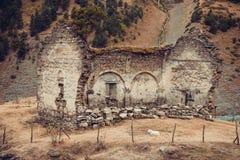 老被破坏的教会, Dartlo村庄遗骸  冒险假日在Tusheti 旅行向乔治亚 登上风景 绿色生态游览 免版税图库摄影
