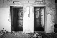 老被破坏的电梯门 库存图片