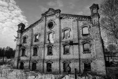 老被破坏的砖瓦房,被毁坏的和被放弃的地方 免版税库存照片