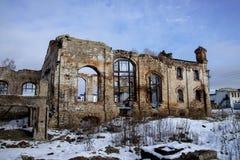 老被破坏的砖瓦房,被毁坏的和被放弃的地方 免版税库存图片