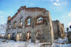 老被破坏的砖瓦房,被毁坏的和被放弃的地方 免版税图库摄影