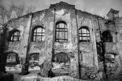 老被破坏的砖瓦房,被毁坏的和被放弃的地方 库存照片
