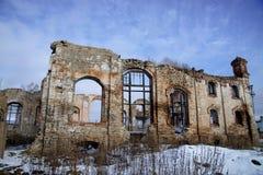 老被破坏的砖瓦房,被毁坏的和被放弃的地方 库存图片