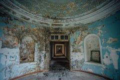 老被破坏的被放弃的豪宅,圆的大厅内部  库存照片
