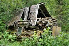 老被碰撞的狩猎小屋在森林 库存图片
