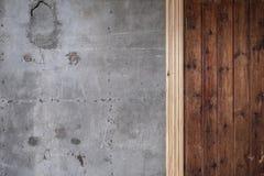 老被索还的木材和混凝土墙 库存照片