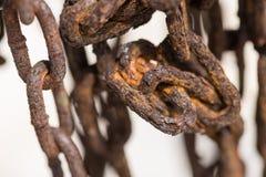老被缠结的生锈的链子紧密  免版税图库摄影