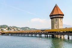 老被遮盖的桥和水塔在琉森 免版税图库摄影
