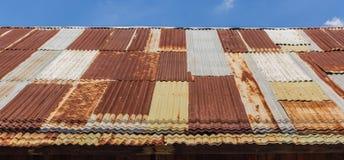 老被镀锌的钢屋顶 库存照片