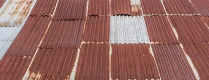 老被镀锌的钢屋顶 免版税库存照片