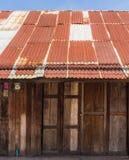 老被镀锌的钢屋顶 库存图片