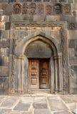 老被雕刻的木教会门 库存照片