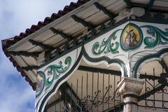 老被雕刻的木屋顶被设置反对多云蓝天 免版税库存照片