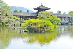 老被顶房顶的桥梁在Heian的京都津沽一个庭院里  免版税图库摄影
