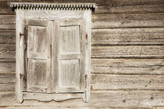老被风化的传统木窗口快门 免版税库存图片