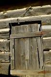 老被风化的原木小屋门 库存图片